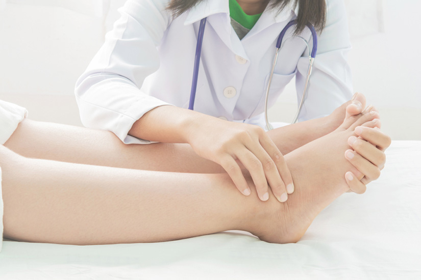 articulația de pe picior este umflată și dureroasă